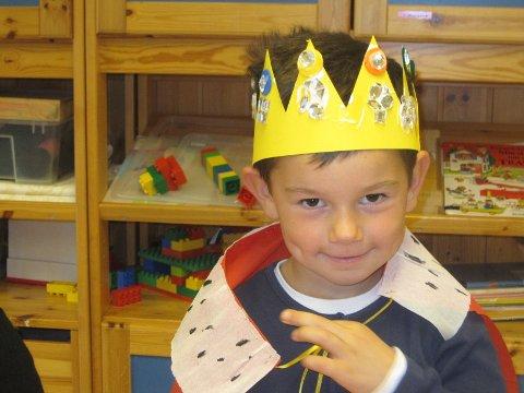 Erik, 5 år, hadde laget kjempefin krone på kongelig verksted i barnehagen. Den skal han ha på seg når de skal vinke til Kronprins Haakon når han besøker Moss på mandag.