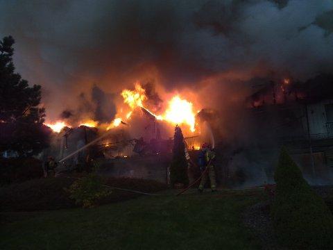 Brannvesenet forsøker å slukke den  massive brannen.