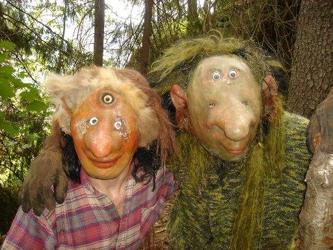 TROLLEMOR OG TROLLEFAR gleder seg til å få besøk i Trollskogen. (Foto: Jordbæreventyret)