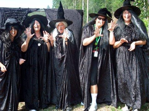 HEKSENE skal passe på at trollene holder seg i Trollskogen. (Foto: Jordbæreventyret)