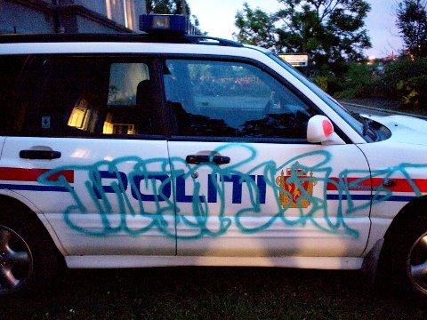 NEDTAGGET: En politibil ble nedtagget på Slottsfjellfestivalens første dag. På baksiden av Slottsfjellskolen.