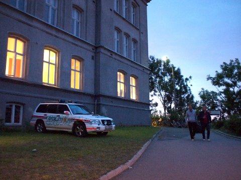 TAGGET: Politibilen står vegg i vegg med Slottsfjell-administrasjonen.