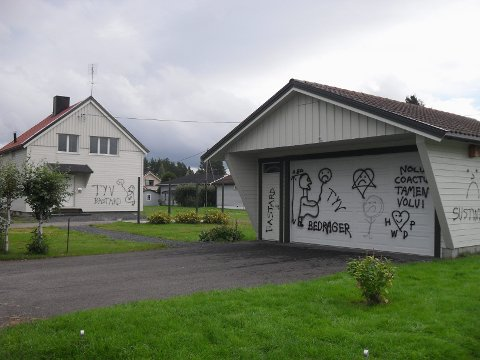 HÆRVERK: Tore Brodtkorbs bolig i Elverum har blitt utsatt for skadeverk i form av skjellsord, både norsk og flere andre språk. (Foto: Ragnar Søberg)
