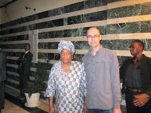 Kjetil Dybvik fikk slått av en prat og hilst på Liberias president, og vinner av Nobels fredspris 2011, Ellen Johnson Sirleaf. Foto: Privat