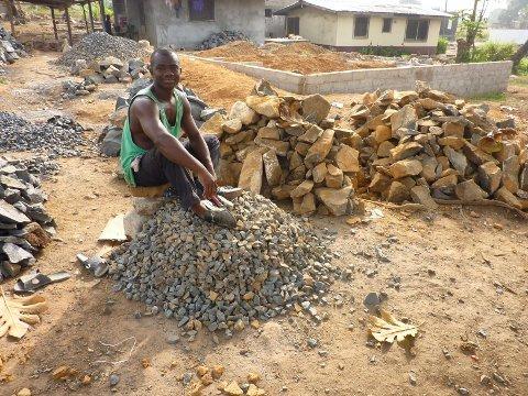 Denne mannen holder på å bygge opp hus som ble ødelagt under borgerkrigen.  Foto: Privat