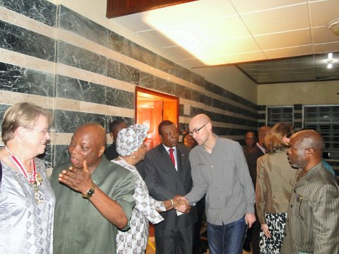 Her hilser Kjetil Dybvik på presidentEllen Johnson Sirleaf ved landets utenriksdepartement.  Foto: Privat