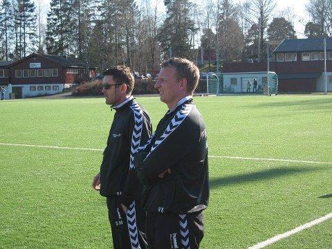 BETENKTE: Både Ørn-trener Vidar Evensen (t.h.) og keepertrener Steinar Medalen var betenkte etter en målløs og litt skuffende seriestart. 0-0 mot Sandar var svakere enn forventet. FOTO: JAN-ROLF LUDVIGSEN