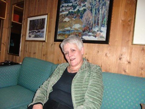 PÅ ELVERUMSBESØK: Her sitter Marie Madeleine Larsen (54) hjemme hos ekteparet Oddvar og Gunhild Fossum Munkejord i Elverum. De åpnet hjemmet for en kvinne som var i nød og trengte overnatting. – Hun fortalte at hun skulle inn på sjukehuset for å bli operert for brystkreft, forteller Fossum Munkejord.