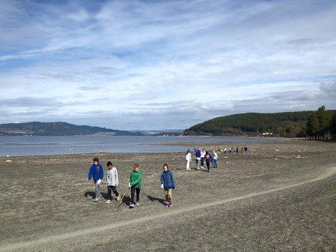 RENE STRENDER: Takket være elevene blir stranderne renere til sommersesongen.