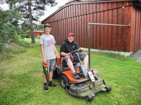 Å vise stå-på-vilje som ung er viktig også for senere suksess som jobbsøker, mener Eirik Bache-Wiig, direktør i FINN jobb. Martin Lyby (t.v.) og Jørgen Hornslien hadde sommerjobb i Gjerrebogen 1 borettslag sommeren 2011.