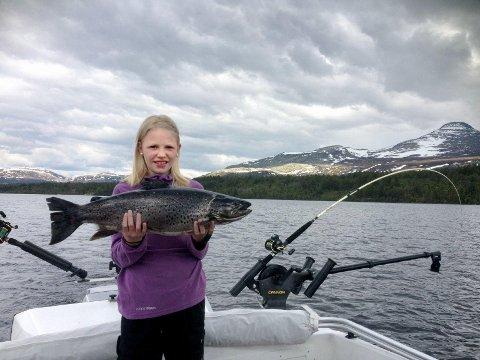 Thea Senderud Kjernet fra Elverum er allerede en garvet storfisker. I fjor fikk hun denne ørreten i Engerdal under Østlendingen og Sport1s fiskekonkurranse.