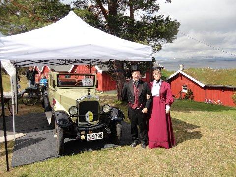 1931opel: ELDSTE BIL: Treffets eldste bil er en 1931 modell Opel. Eier Svenn Oskar Vanderås fra stjørdal poserer stolt ved gliset.