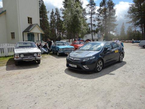 Det er Opel av ny og gammel årgang på treffet.