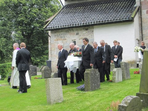 Her blir Arne Roer båret til sitt siste hvilested ved Rygge kirke.