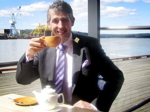 Stephen Twining har elsket te siden han var en liten gutt. Nå reiser han rundt i verden for å kurse folk i hvordan man lager den perfekte koppen. Nylig besøkte han Tønsberg.