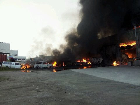En del biler begynte å brenne.