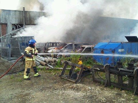 En brannmann driver slukningsarbeid på brannstedet.