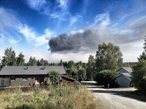 Røykskyen fra brannen kunne sees på flere kilometers avstand. Dette bildet ble tatt på Haverslia.