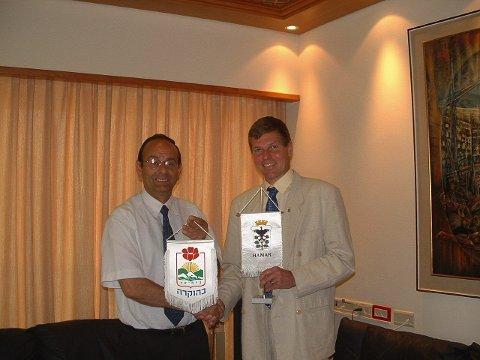 Ble venner i 2004: Vennskapbyavtalen mellom Hamar og Karmiel ble undertegnet av ordfører i Karmiel, Adi Eldar, og Stein Frøysang i april 2004.Foto: Privat