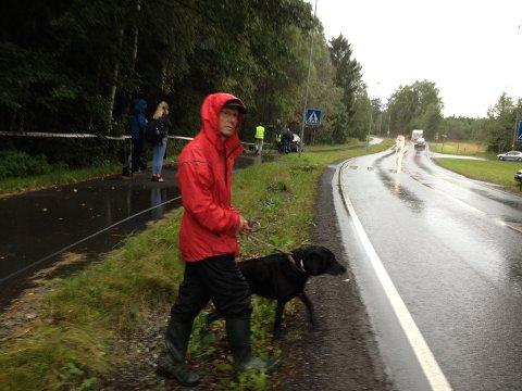 Jan-Elling Skaugerum bruker skogsområdet til å lufte hundene sine flere ganger om dagen, og synes det er ekkelt at det er funnet et lik her.