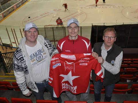 Jan Snopek blir her flankert av Mats Stene (til venstre) og Agnar Stene fra Stene Stål Gjenvinning.