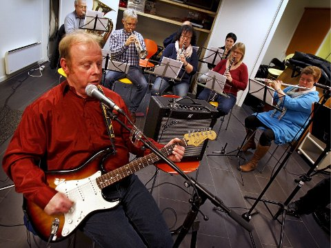 Øvelser: Samspillbandets Per Tollefsen på gitar foran representanter fra janitsjaren. Foto: Geir Hansen