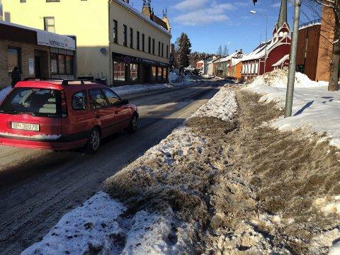 PÅ NETT: Mange har klaget på brøytingen av fortauene denne vinteren i Hamar. Også gjennom nettstedet fiksgatami.no.Foto: Jo E. Brenden