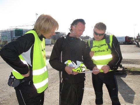 Jørn Tørmoen, Frank Skjærbekk og Kai Nesselquist tar en sjekk på turkartet.