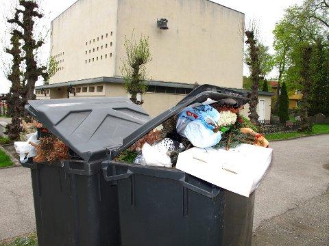 Det var ikke mulig å få noe mer ned i disse to søppelkassene.