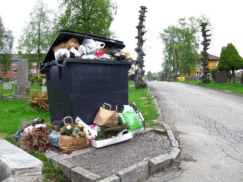Da kassen ble full har folk satt fra seg søppelet på bakken.