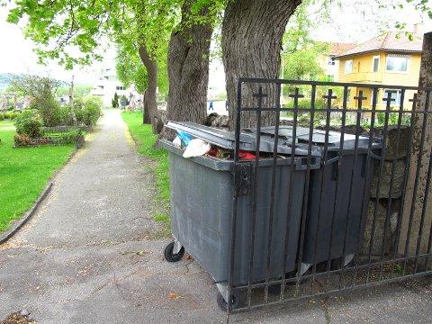 Ved begge inngangsportene var det også plassert søppelkasser, og i dem var det litt plass igjen.