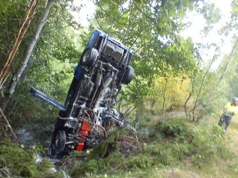 Bilen, en Ford Mustang havnet langt utenfor veien etter utforkjøringen. Passasjeren måtte skjæres ut av bilen, som er å betrakte som totalvrak.