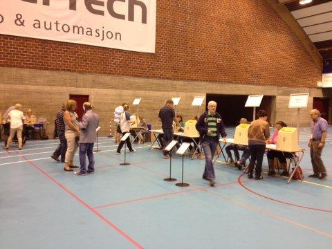 Det er en jevn strøm av folk til Drammens største stemmelokale.
