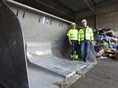 Knut Bergerud og Ronny Andresen i Østfold Gjenvinning AS frykter at de skal skade eller ta livet av søppeltyver som løper mellom digre anleggsmaskiner.