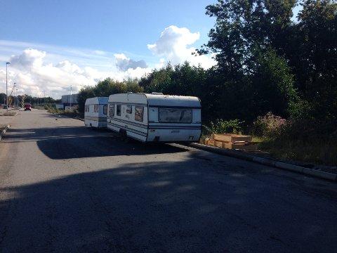 Et par av de største campingsvognene blir her klargjort for bortkjøring, etter å ha stått ulovlig parkert i skogholtet til høyre.