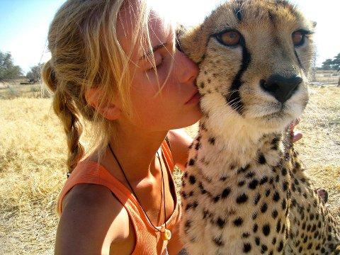 KATTEKOS: – Geparden Cleopatra var skutt av en bonde og trengte mye omsorg da hun kom til Harnas.