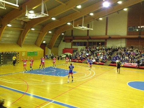 Håndballkampen mellomSkrimKongsberg og Halden er i gang.
