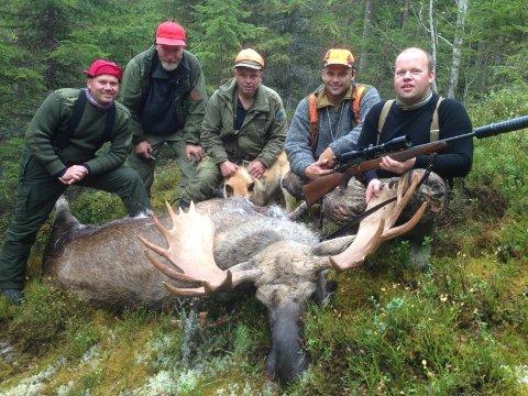 21 TAGGER: Jaktlaget fra Østfold med trofeet som får hedersplass i stua hos skytteren. Laget har fått to av fire dyr.