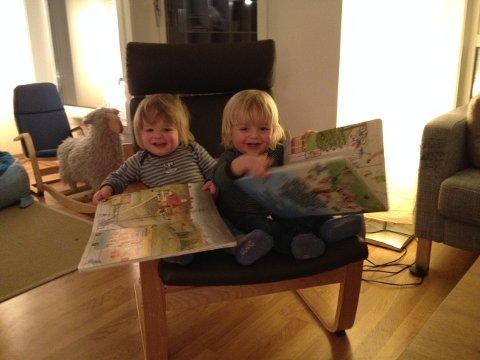 SOM MOR: De halvannet år gamle Tvillingene Sverre og Toril er også glade i å lese.
