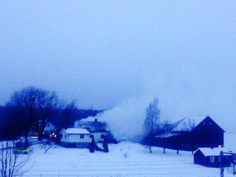 Det brøt ut brann i et hus på denne gården i Langhusveien fredag morgen.