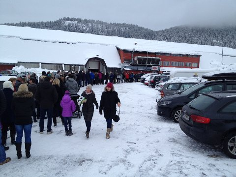 Lang kø utenfor Kongsberghallen, men ikke kaos, melder Lps fotograf 09.45.