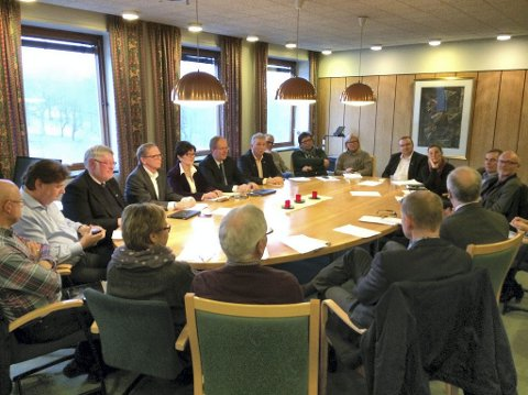 Enighet over parti- og kommunegrenser. Denne forsamlingen av politikere fra Stokke, Tønsberg, Nøtterøy, Tjøme og fylkeskommunen sikrer flertall for ringveikonsept med kollektivandel og nord-sørforbindelse for Nøtterøy.