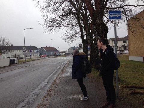 Ina Bånrud og Rasmus Brown venter på bussen.