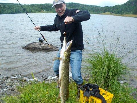 STORFISK: Denne gjedden på nesten én meter ble dratt opp av Semsvannet på søndag. Bjørn Hånde var på fisketur sammen med datteren Eleonore da kjempen bet på kroken.