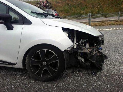 En av bilene har kjørt inn i den andre bilen bakfra i ulykken på avkjøringen ved Årvoll i Rygge.