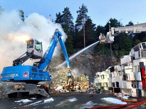 Brannvesenet rykket ut for å slokke brannen i en stor metallhaug på Revac natt til tirsdag.
