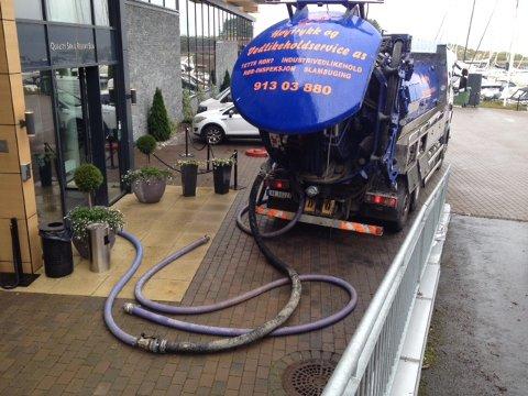 Son Spa får nå hjelp fra brannvesenet og pumpebiler for å få mest mulig vann ut av lokalene.