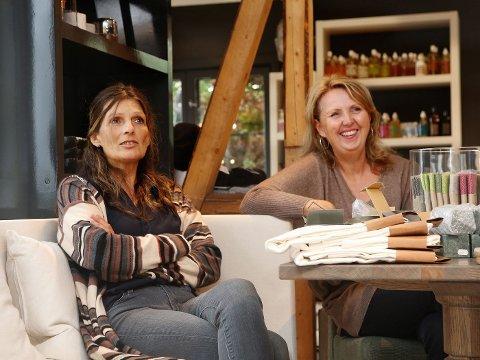INTERIØR I HUSET: Marianne Riis Rasmussen og Christine Sagen Johnsen (til venstre) fyller Huset i Vollen med interiør.