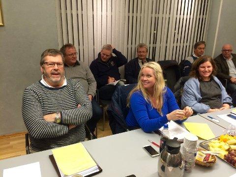 Bak Aps benk satt blant annet sjøskolelærer David McBride. Han håper skolen består i Birkelandgården.
