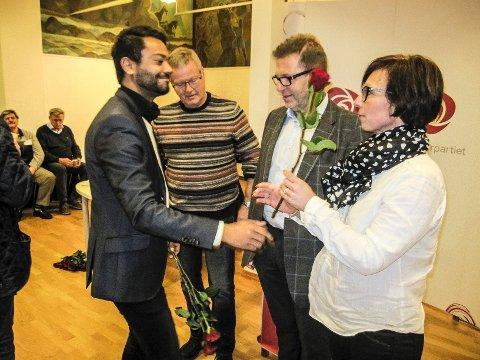 Shakeel Rehman takket Hanne Tollerud, Tomas C. Archer og Knut André Johansen med hver sin røde rose. Deretter ble nominasjonsmøtet lukket for pressen.